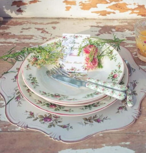 servizio di piatti con fiori