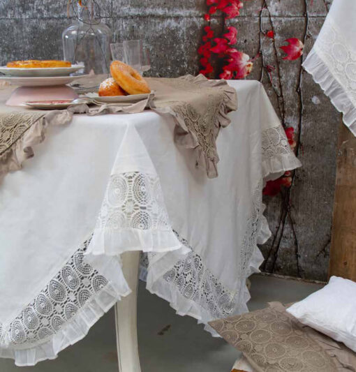 Tovaglia Madame con rouches e merletto 150x220 cm